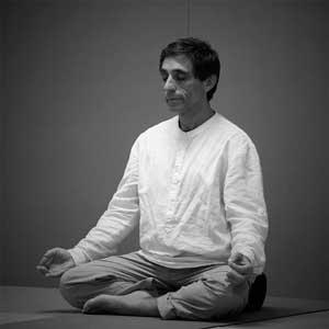 Bernard Buono durant une séance de méditation
